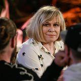 """Sie ist eine wahre Schlagerlegende: Mary Roos. Die 69-jährige Ausnahmekünstlerin hat in ihrer Karriere 30 Alben und über 300 Singles veröffentlicht. Mit ihrer Single """"Arizona Man"""" hielt sie sich 22 Wochen in den deutschen Charts. Das macht ihr so schnell niemand nach. Mit der fünften Staffel von """"Sing meinen Song"""" darf sie nun auch den Einzug der Schlagermusik in das TV-Format als Erfolg für sich verbuchen. Für ihre Folge hat die Sängerin ein Song-Potpourri aus ihre Karriere mitgebracht:  • Arizona Man (Leslie Clio)  • Nur die Liebe lässt uns leben (Mark Forster)  • Amours toujours / Morgens um 5 (Johannes Strate)  • Aufrecht geh'n (Rea Garvey)  • Schau dich nicht um (Marian Gold)  • Geh nicht den Weg (Judith Holofernes)  Über """"Sing meinen Song"""" sagt Roos:  """"Wenn ich an 'Sing meinen Song' denke, dann denke ich an… die beste Musiksendung, die ich mir als Künstlerin vorstellen kann."""""""