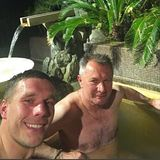Lukas Podolski und Papa Waldemar relaxen gemeinsam min einem Whirlpool und lassen es sich gut gehen.