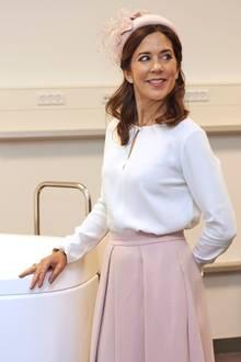Marys rosafarbener Hut ist farblich auf ihren Faltenrock abgestimmt. In Kombination zu einer weißen Bluse trägt die dänische Prinzessin einen perfekten Frühlings-Look, den sie mit auffälligen High Heels ein wenig lässiger stylt.