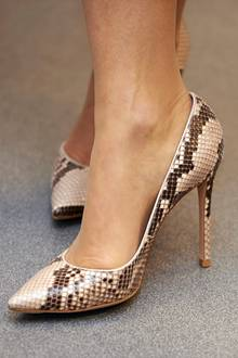 High Heels in Schlangenleder-Optik hätte sicherlich nicht jede Prinzessin zu diesem sehr klassischen und verspielten Outfit kombiniert. Prinzessin Mary hingegen weiß einen modischen Stilbruch zu schätzen und hat mit dieser Accessoire-Wahl alles richtig gemacht.
