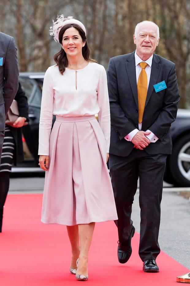 Bei der offiziellen Eröffnung des Krankenhauses inSlagelse bezaubert Kronprinzessin Mary in diesem femininen Look. Besonders die Details sind echte Hingucker.