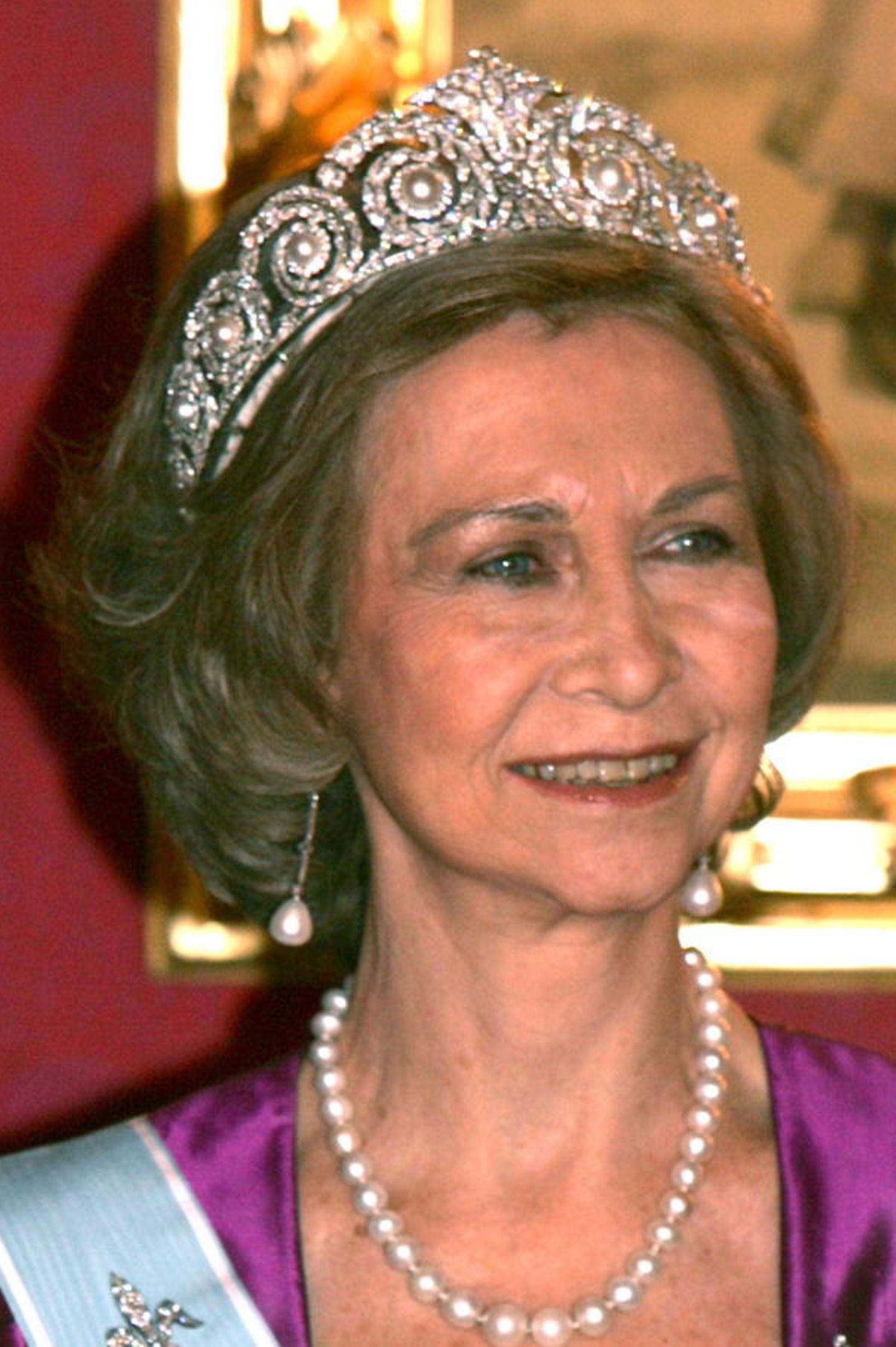 ... auf dem Kopf von Königin Sofia. Nun wird das Diadem zwischen den weiblichen Familienmitgliedern hin- und hergereicht. Unter anderem durfte auch Prinzessin Cristina sich damit schon schmücken.