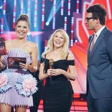 Kylie Minogue (mitte) mit den Moderatoren Victoria Swarovski und Daniel Hartwich