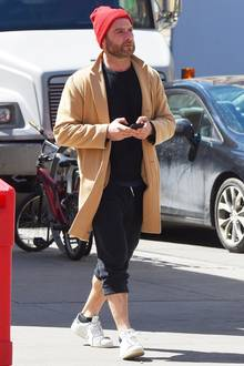 Beanie-Boy Liev Schreiber mixt seine Sweatpants zum beigen Mantel und cooler Mütze