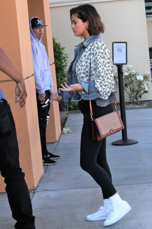 Sieht man hier bei Selena Gomez einen Babybauch? Das Foto wurde am 4. April geschossen