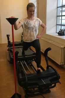 """Auf dem Megaformer ist Konzentration, Gleichgewicht und Körperspannung gefragt. Tabeas Lieblingsübung für die Beine: Lunges. Die sind auf den """"fahrbaren Untersätzen"""" noch wackliger und dadurch effektiver als auf festem Boden."""