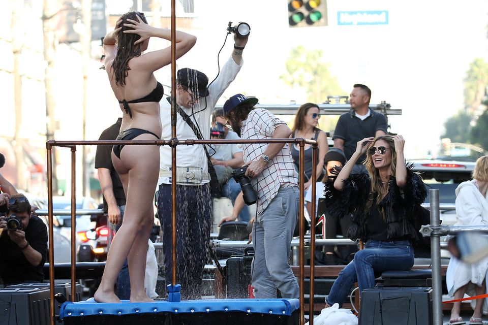 Heidi zeigt Kandidatin Pia, wie sie für Fotograf Christian Anwander posieren soll: Der Truck, auf dem die Mädchen im Bikini unter einer Dusche fotografiert werden, zieht auf den Straßen von Los Angeles natürlich alle Blicke auf sich!