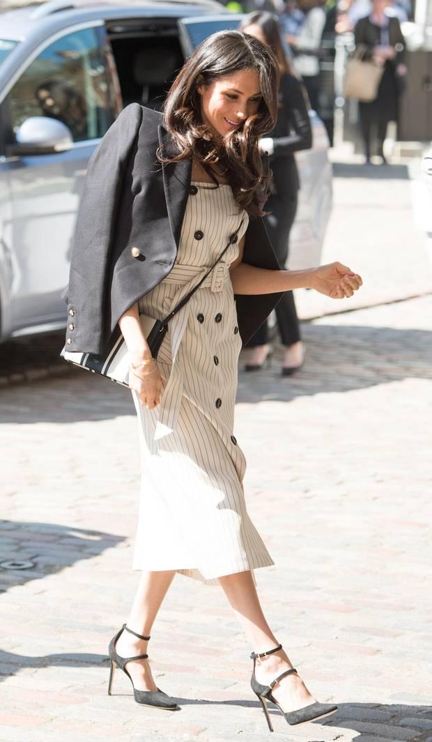Meghan markle liebt Kleider vom Runway. Hier hat sie bei Altuzarra dieses schulterfreie Trench-Kleid entdeckt. Damit ist sie nicht die einzige.