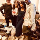 """""""Scandal""""-Star Kerry Washington schlüpft für die Ellen-Show im März 2018 in das Nadelstreifen-Kleid. Ihr Modell ist jedoch marineblau."""