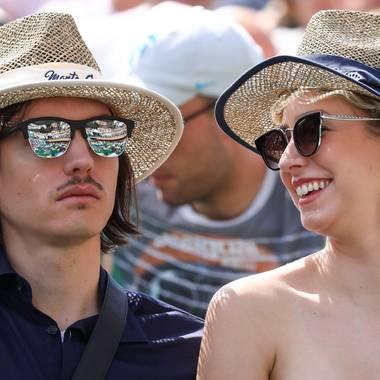 """Jazmin Grace Grimaldi und ihr Freund Ian Mellenkamp zeigen sich in sommerlichen Looks und bester Laune auf der Tribüne des """"Rolex Masters""""-Tennisturniers in Monte Carlo. Beide tragen Strohhut mit blauer Bordüre und große Sonnenbrillen. Besonderer Hingucker bei ihr sind die großen, goldenen Ohrringe."""
