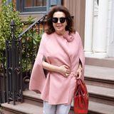 Die gebürtige Libanesin hat keine Angst vor Farben und mag es auch im Alltag elegant. Woher Amal Clooney ihr Stilgefühl hat, ist eindeutig klar. Guter Geschmack liegt bei den Alamuddins in der Familie.
