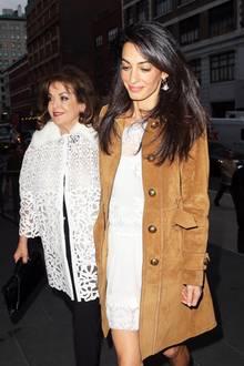 Weiße Spitze, unterschiedlich gestylt: Während Baria einen Mantel aus Spitze trägt, wählte Amal ein Kleid aus dem eleganten Stoff.