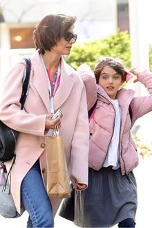 Katie Holmes' Tochter Suri Cruise ist am 18. April ganze 12 Jahre alt geworden, und zur Feier des Tages haben sich Mutter und Tochter für diesen lässigen Partnerlook in Rosa entscheiden. Wir sind gespannt, ob Suri den Style von Mama Katie übernimmt.