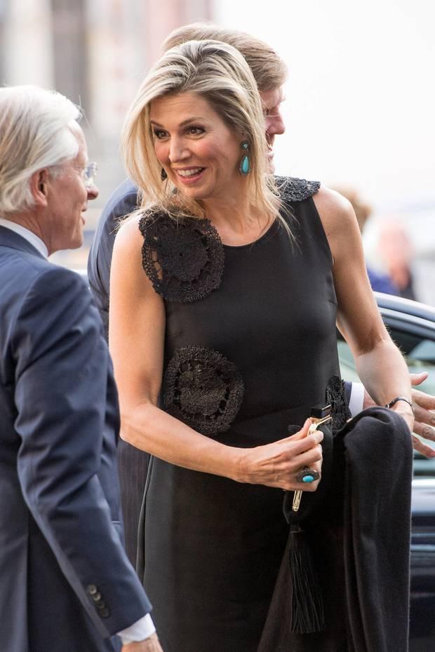 Bei der Premiere der Gurre-Lieder von Arnold Schöneberg in Amsterdam wählt Königin Máxima ein auf den ersten Blick gelungenes Outfit. Doch leider enttäuscht sie uns auf den zweiten Blick ...