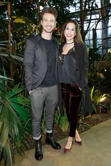 Partnerlook in dunklen Tönen: So stylisch besuchten Clea-Lacy und Sebastian Pannek die Fashion-Show von Lena Hoschek in Berlin.