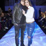 Bei der Fashion-Show von Irene Luft setzt Sebastian mit Lederjacke einen derben Kontrast zum Hemd-und-Fliege-Style seiner schönen Clea-Lacy.