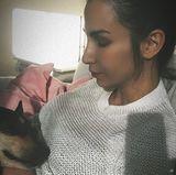 """17. April 2018  """"Gigi lauscht"""", postet Sila Sahin über ihren liebenswürdigen Vierbeiner, der gerade ein Ohr auf ihre Babykugel legt."""