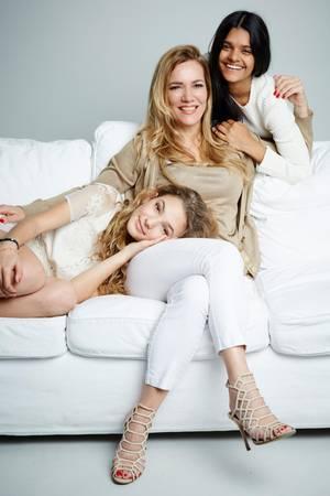 Eine außergewöhnliche Familie. Jessica Stockmann posiert mit ihren Töchtern fürs allererste Shooting zu dritt.