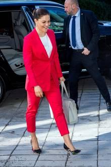 Im Rahmen eines royalen Termins an der Universität von Stockholm strahlt Prinzessin Victoria in einem pinkfarbenen Hosenanzug und zeigt damit, wie stylisch ein Business-Look sein kann.