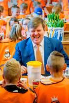 20. April 2018  Bei einem Besuch König Willem-Alexanders an einer holländischen Grundschule ist die Stimmung beim gemeinsamen Lunch mit den Kids ausgelassen.