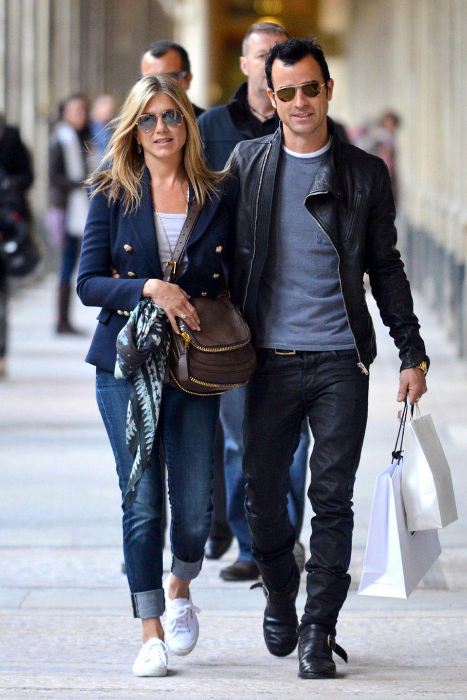 Jeans, Shirt, Blazer und Turnschuhe: So kennen wir den lässigen Style von Jennifer Aniston, hier mit Justin Theroux beim Bummel durch Paris.
