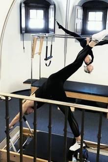 Auf dem Megaformer bringt Lena Gercke ihren kompletten Körper unter Vollspannung, während sie die Pilatesübungen langsam durchzieht. Hierbei wird sogar die Tiefenmuskulatur stimuliert.  Nice to know:Meghan Markle bringt sich mit einem ähnlichen Fullbody-Workout in Form.
