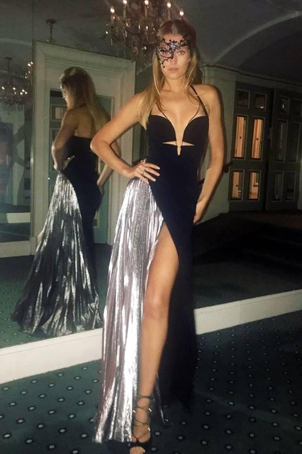 Für ein Charity-Event in New York stylt Topmodel Toni Garrn zu ihrem Wow-Kleid von Mugler eine sexy Spitzen-Maske.