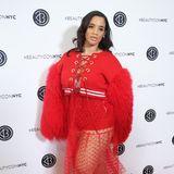 """""""Orange is the new Black""""-Star Dascha Polanco posiert auf dem Red Carpet der Beautycon in New York in einem etwas fragwürdigen Outfit. Es wird sogar noch ein wenig skurriler ..."""