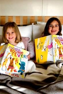 21. April 2018  Emma Heming-Willis zeigt ihre beiden Töchter Mabel und Evelyn, die sich riesig über ihre neuen Kinderbücher freuen.
