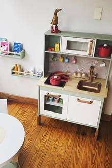 Diese Kinderküche ist handgemacht: Schauspielerin Laura Osswald hat tagelang an ihr herumgewerkelt. Das Ergebnis kann sich wirklich sehen lassen und Tochter Karline Ruby wird sicherlich viel Freude daran haben.