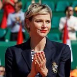 Dieser Style verdient Applaus! Fürstin Charlène zeigt sich auf dem Tennisplatz beim Monte Carlo Rolex Masters in maritimem Look mit Streifenshirt und navyblauem Blazer.