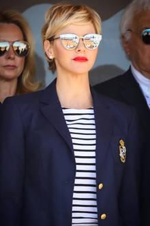 Auf diesem Foto sieht man Charlène im April 2018 bei genau dem gleichen Event - mit einer ganz ähnlichen Sonnenbrille, einem ziemlich identischen Look und einem ebenso makellosen Teint wie schon damals. Die zwei Jahre könnten genauso gut auch zwei Tage sein.