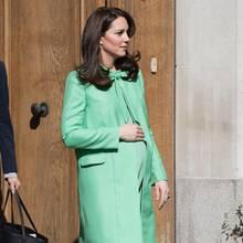 März 2018: Herzogin Catherine zeigt sich während ihrer dritten Schwangerschaft kurz vor der Geburt von Prinz Louis in einem Mantel von Jenny Packham.