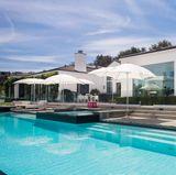 Der Garten des Hauses verfügt über einen großen Pool und vielen Sitzgelegenheiten zum Sonnen. Ein Barbereich lässt Partys im freien unvergesslich werden.