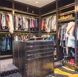 Das Ankleidezimmer der Sängerin ist aus edlem Holz und Marmor gefertigt. Der Raum bietet Gwen genügend Platz ihrer extravaganten Kleider unterzubringen.