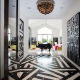 Treten Sie ein! Der Eingangsbereich des Luxushauses verfügt über geometrische Designs. Eine große, schwarze Nashorn-Statur hinterlässt bei jedem Gast einen bleibenden Eindruck.