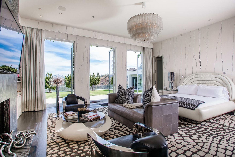 Das Schlafzimmer des Hauses ist in neutralen Creme- und Brauntönen gehalten. Das große Bett mit Blick ins Freie, lädt zu wahrhaftig traumhaften Stunden ein.