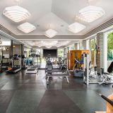 Damit die Sängerin und Dreifach-Mama in Form bleibt, darf ein großer Fitnessraum im Haus nicht fehlen. Der Raum bietet genügend Möglichkeiten, sich sportlich auszutoben.