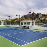 Auf dem Außenbereich des Hauses befindet sich auch ein großer Tennisplatz.