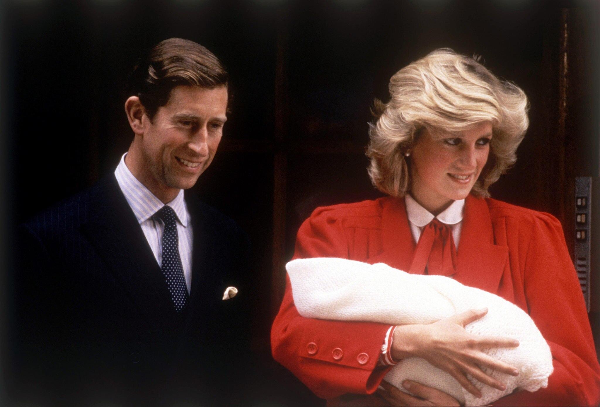 Prinz Charles + Prinzessin Diana bei der Vorstellung von Prinz Harry