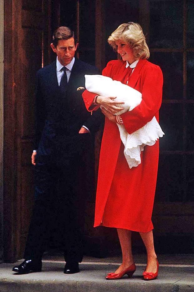 Am 15. September 1984 präsentiert Prinzessin Diana zusammen mit Prinz Charles ganz stolz ihren zweiten Sohn Prinz Harry der Öffentlichkeit. Und im rot-weißen Outfit und passenden Lackschuhen konnte sie damals gar niemand übersehen.