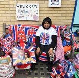 """Diese Dame liebt alles am Vereinigten Königreich: Neben Bildern von dem zukünftigen Ehepaar Prinz Harry und Meghan Markle, zahlreichen Kissen und Decken und Flaggen im """"Union Jack""""-Stil, hat sie es auch noch geschafft ein Plakat mit den Worten: """"Willkommen royales Baby Nr. 3"""" an die Krankenhauswand anzubringen."""