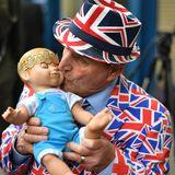 Sympathisch, lustig ... und, keine Frage, kurios. Dieser freundliche Herr feiert die Geburt, in dem er seine Baby-Prinzen-Puppe küsst.