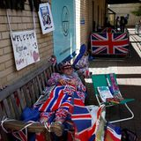 Hartgesottene Royal-Fans kampieren vor dem Krankenhaus.