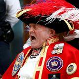 """Ein Mann, verkleidet als Stadtschreier, verbreitet die frohe Kunde vor dem Krankenhaus: """"Bürger Londons! Ein Prinz hat das Licht der Welt erblickt!"""""""