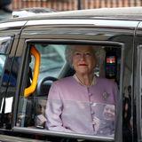 """Aufregung! Die Queen fährt vor dem Krankenhaus vor - oder doch nicht? Bei näherem Hinsehen entpuppt sich die vermeintliche Königin als Fan, der sich verkleidet hat. Vorm """"Lindo Wing"""", der Geburtsstation, sorgt das für Heiterkeit."""