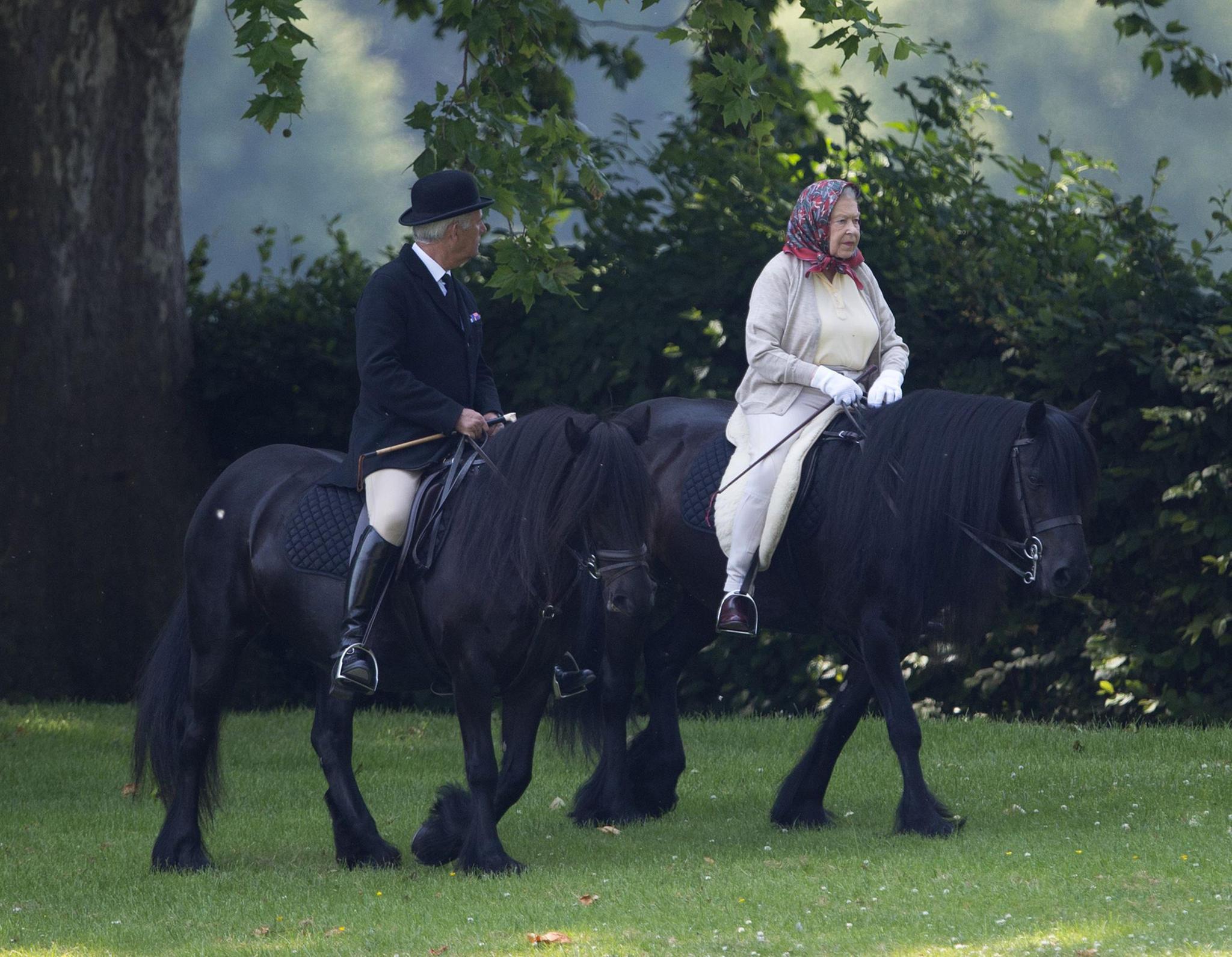 Archivbild: Auch mit über 90 setzt die Queen noch auf regelmäßige Ausritte. Besonders gerne in Begleitung ihres obersten Stallknechts Terry Pendry, der sie auch zum Zeitpunkt der Geburt begleitete.
