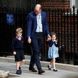 Begleitet vom Papa treffen Prinz George und Prinzessin Charlotte ein, um ihr Geschwisterchen zu begrüßen.