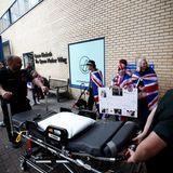 Während die Royal-Fans den Außenbereich des Hospitals belagern, müssen die Angestellten des Krankenhauses den Arbeitsalltag so gut es geht bewältigen.