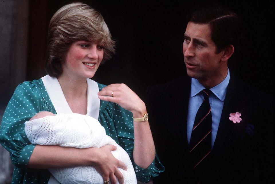 1982 verlässt Prinzessin Diana mit dem frisch geborenen William das Krankenhaus. Dieser ist natürlich auch in die flauschige Decke gehüllt.